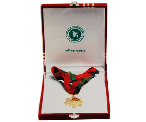 ২০০৪ সালে খালেদা জিয়ার শাসন আমলে স্বাধীনতা পদক প্রদান করা হয়